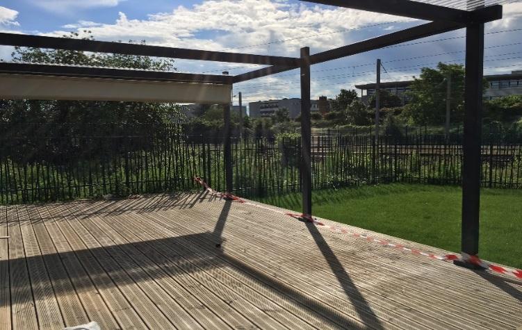 La terrasse en bois du centre de loisirs Jean Effel