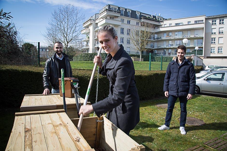une habitante de la résidence villanova mélange le compost