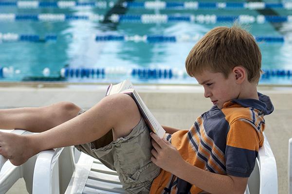 lecture, piscine, bibliothèque éphémère, cergy-pontoise