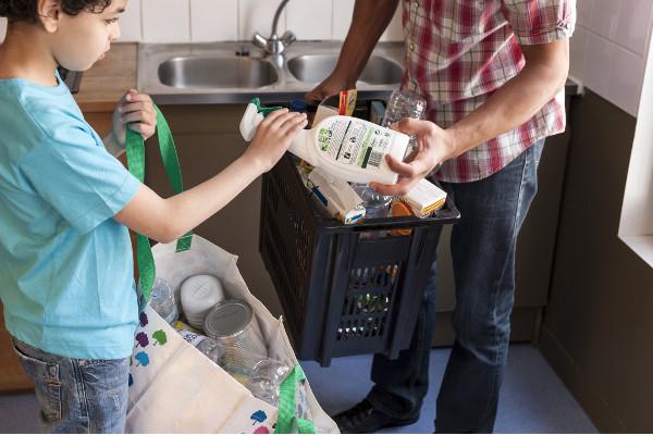 Une enfant et son père trient leurs déchets