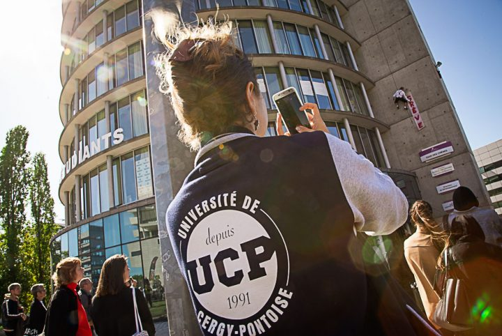 Une étudiante à l'Université de Cergy-Pontoise