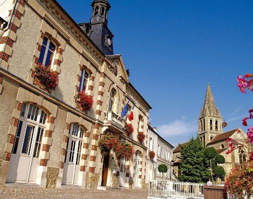 La mairie de Jouy-le-Moutier et le clocher au second plan