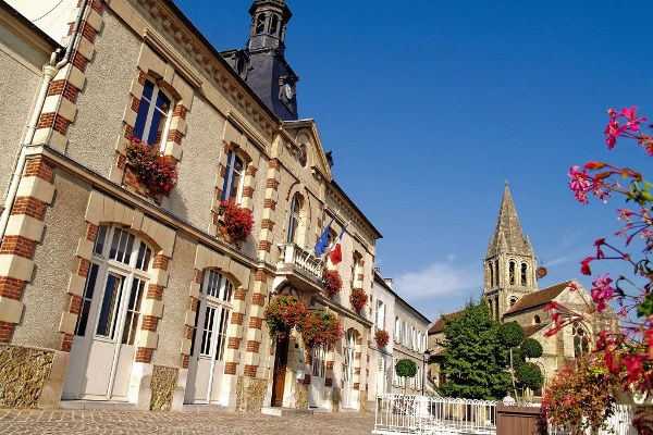 La mairie de Jouy-le-Moutier et le clocher au second plan