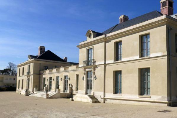 Le château de Neuville, restauré et transformé en EHPAD au début des années 2000