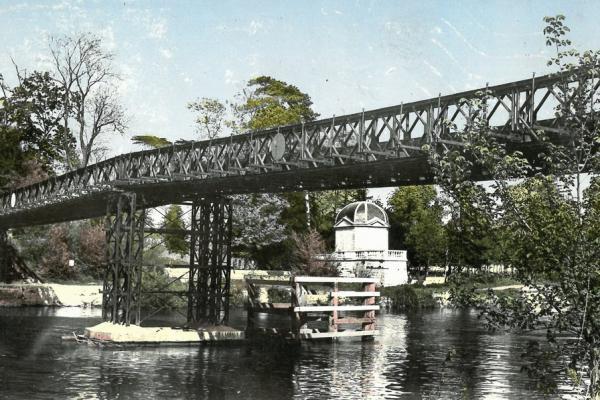 Le pont et le pavillon d'amour de Neuville au début du XXème siècle