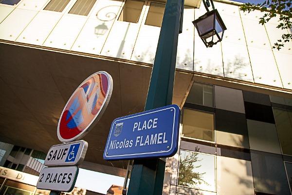 Nicolas Flamel possède sa place à Pontoise