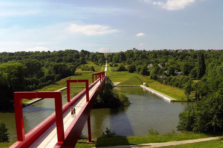La passerelle rouge de l'Axe majeur à Cergy-Pontoise