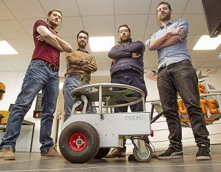 Accéder à Bientôt à la Turbine : quatre hommes et un petit robot
