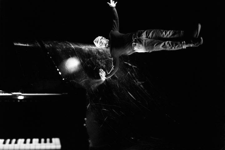 sur scène, Yaman évolue sur les improvisations du pianiste