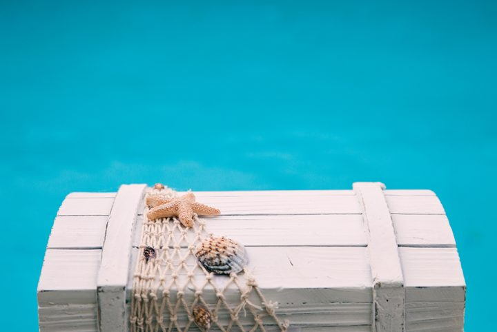 Photo d'un coffre devant une piscine