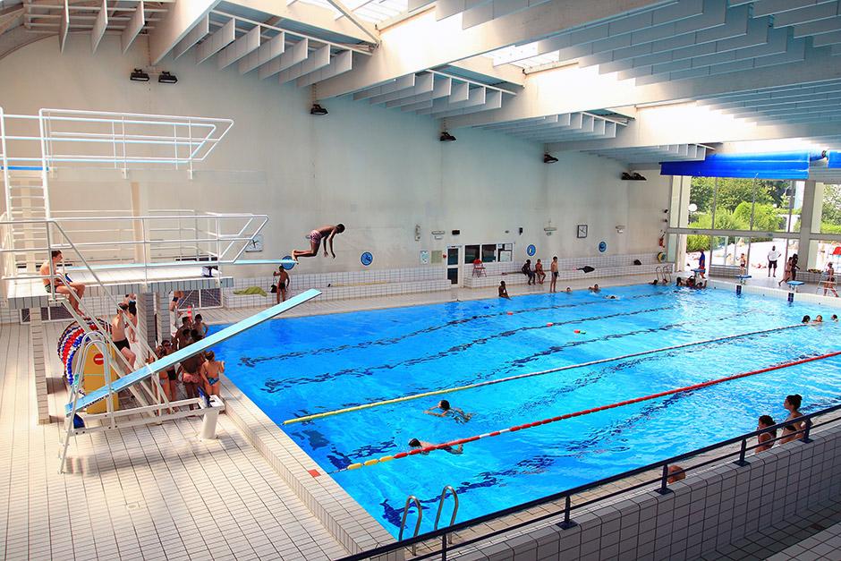 Vue d'ensemble du grand bassin de la piscine des Louvrais