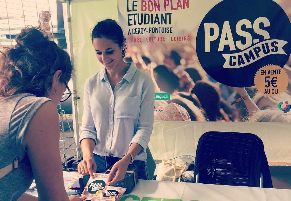 Le CIJ lors d'une vente du Pass Campus à l'Université de Cergy-Pontoise © CIJ