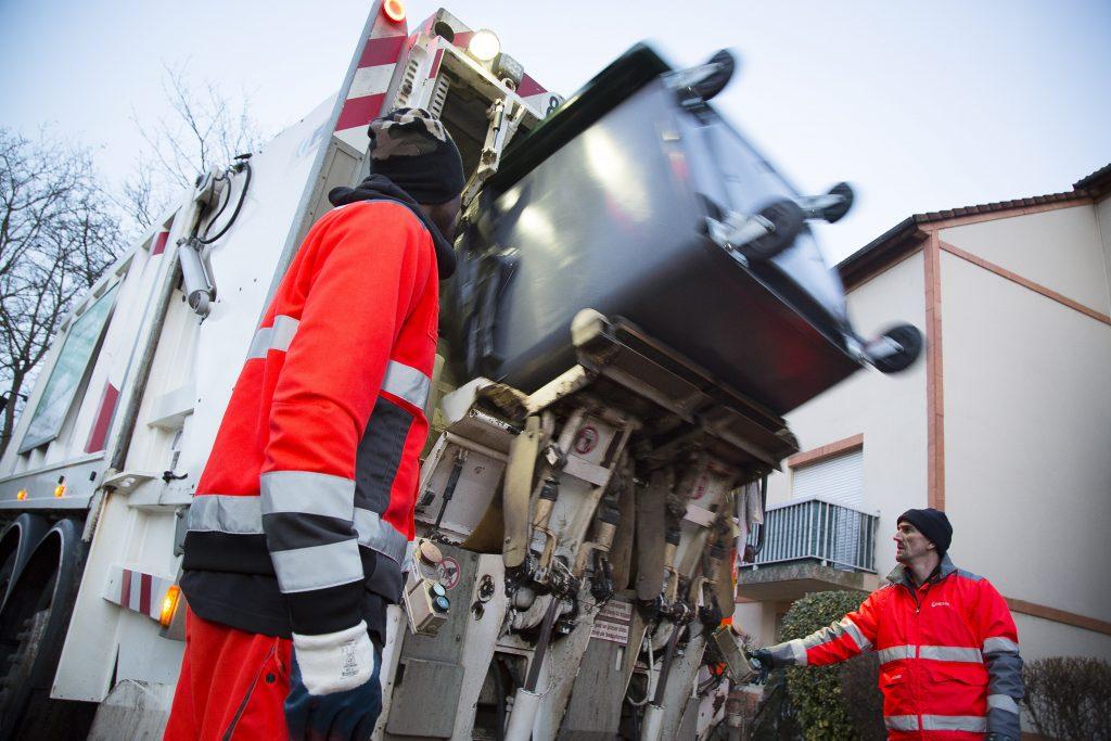 Ramassage déchets ménagers à Cergy-Pontoise par une équipe de ripeurs