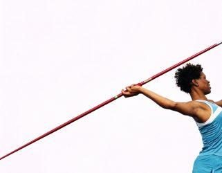 Femme geste en extension au lancer du javelot