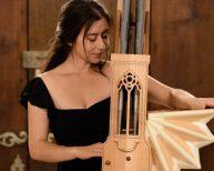Une jeune fille jouant d'un instrument de l'époque baroque