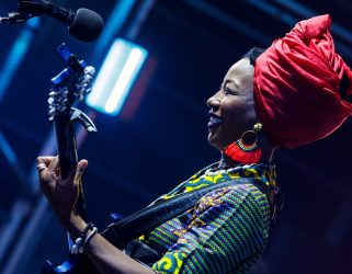 https://13commeune.fr/app/uploads/2020/03/Fatoumata-Diawara©Kenny-Mathieson-321x250.jpg