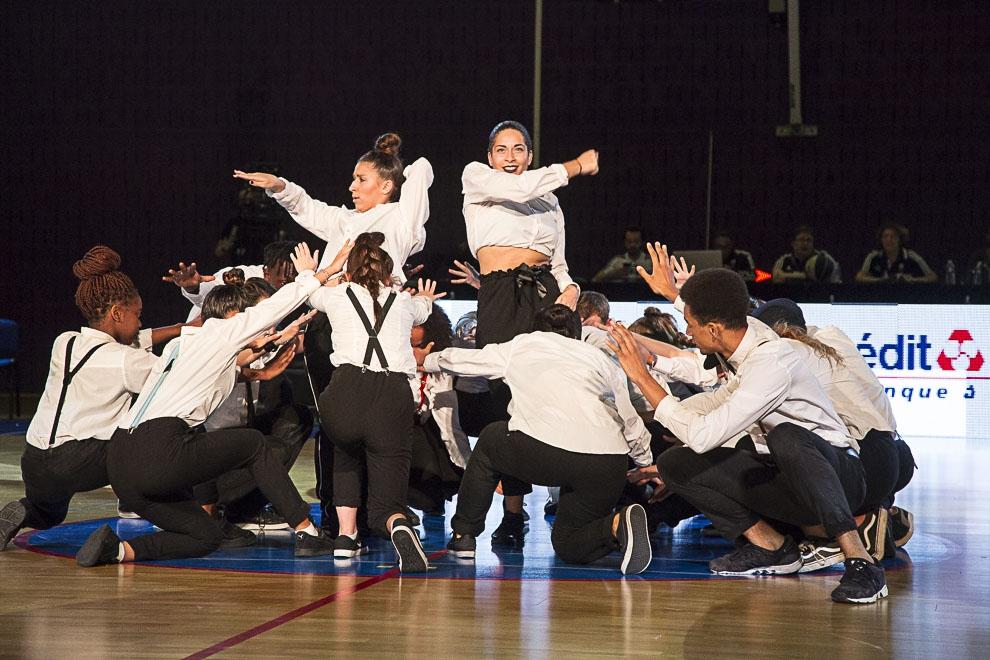 A la mi-temps, le Centre de formation de danse de Cergy fait son show.