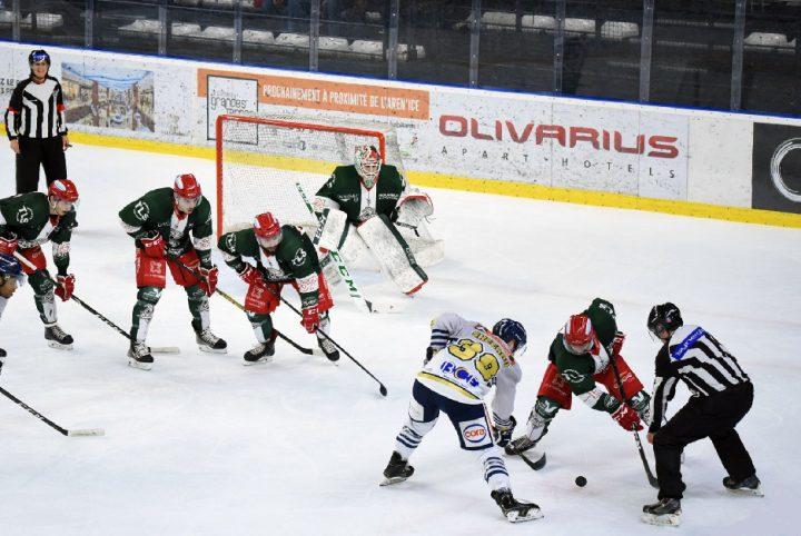 Des hockeyeurs en plein match