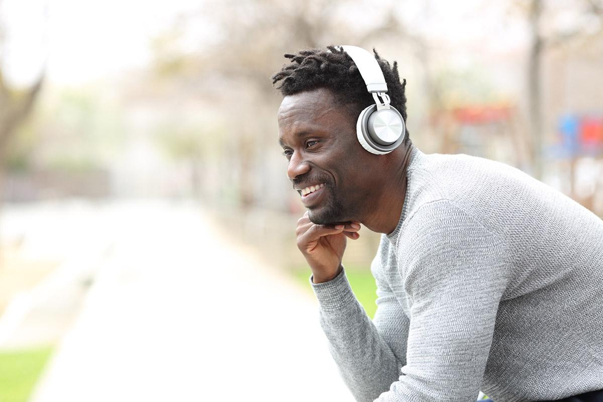 Homme de couleur avec un casque audio sur les oreilles