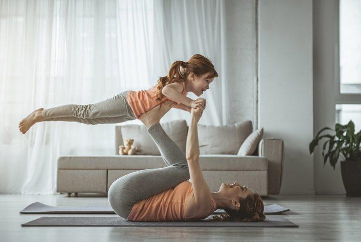 Maman faisant de la gymnastique à la maison avec sa fille