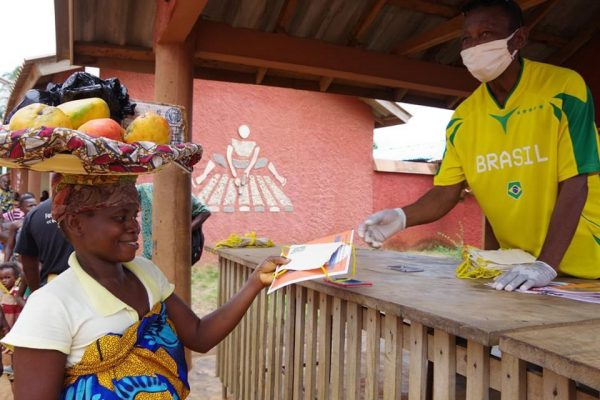 Distribution des masques aux habitants de Porto Novo