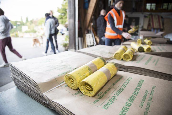 Distribution de sacs poubelles à Cergy-Pontoise