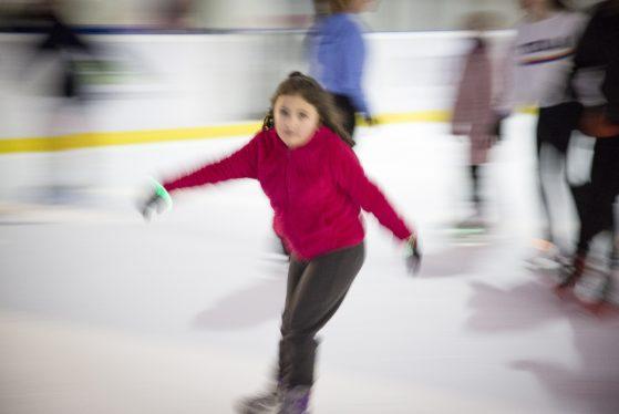Jeune patineuse en pleine vitesse