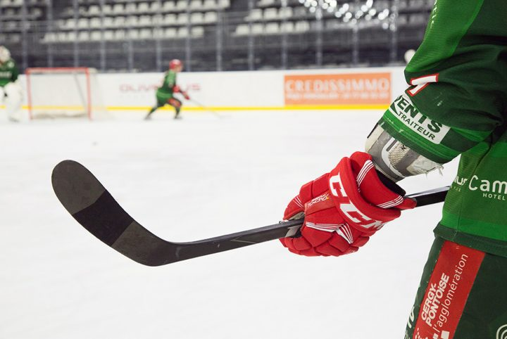 Gros plan crosse hockeyeur + cergy-pontoise
