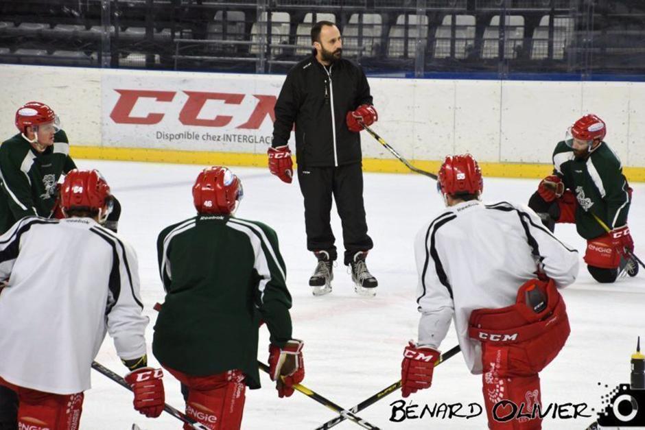 Jonathan Parades, coach des Jokers, en train de briefer ses joueurs à l'entraînement