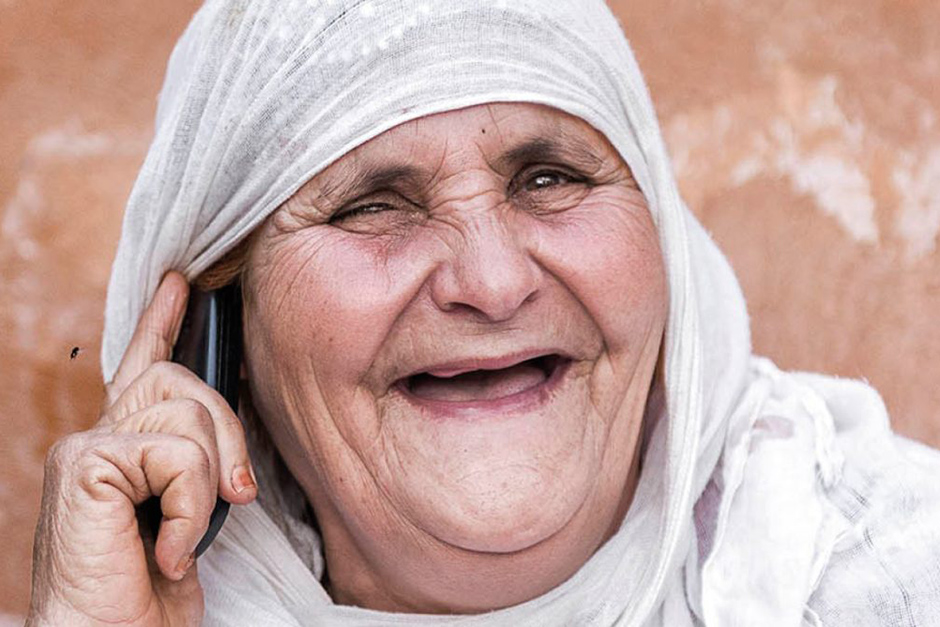 Portrait d'une femme âgée algérienne en train de téléphoner.