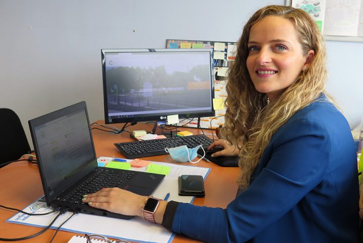 Vanessa Icart, ambassadrice du chauffage urbain devant son bureau