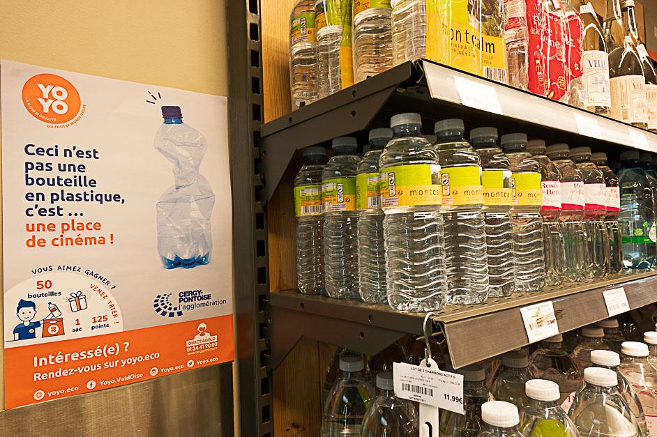 Affiche yoyo proche du rayon bouteille