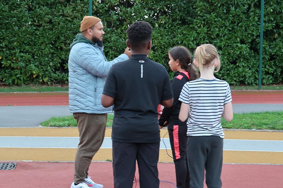 Section d'athlétisme des Louvrais à Pontoise : entraînement des benjamins. Mustapha coache les jeunes athlètes.
