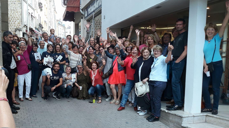 """Claude Boutin quitte """"sa ruche"""". Les élèves de la galerie d'art avait récolté 2 200 € lors d'une vente solidaire organisée en faveur de l'association Grégory Lemarchal pendant la fête de fin d'année de l'atelier en juillet 2018."""