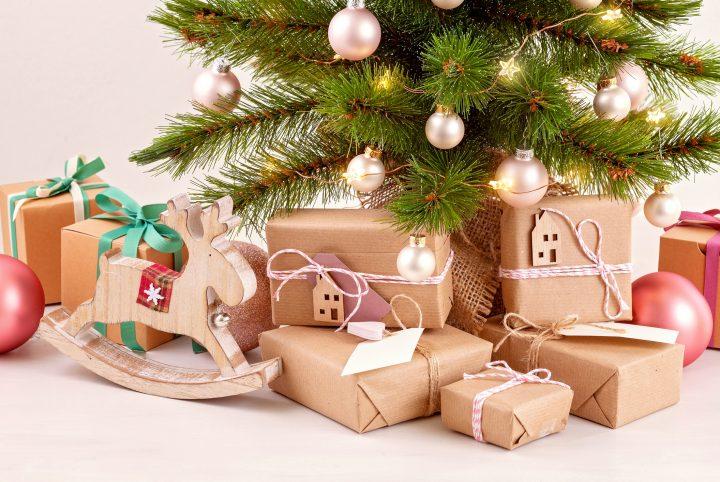 paquets cadeaux au pieds du sapin