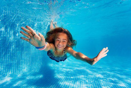 Jeune fille sous l'eau