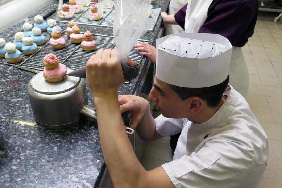 Préparation de religieuses en cuisine par des élèves du lycée Escoffier.