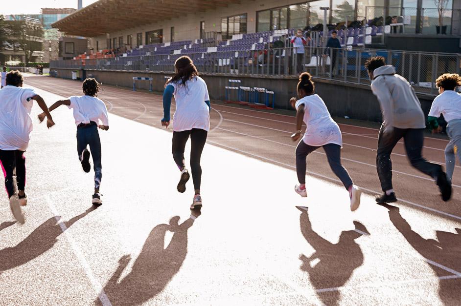 groupe de collégiens en lutte dans une course à pied