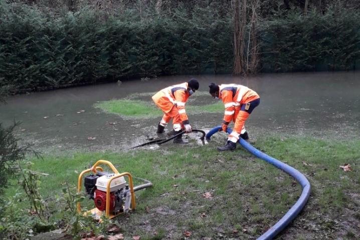 Une équipe de l'Agglomération pompe l'eau d'un jardin à Jouy-le-Moutier