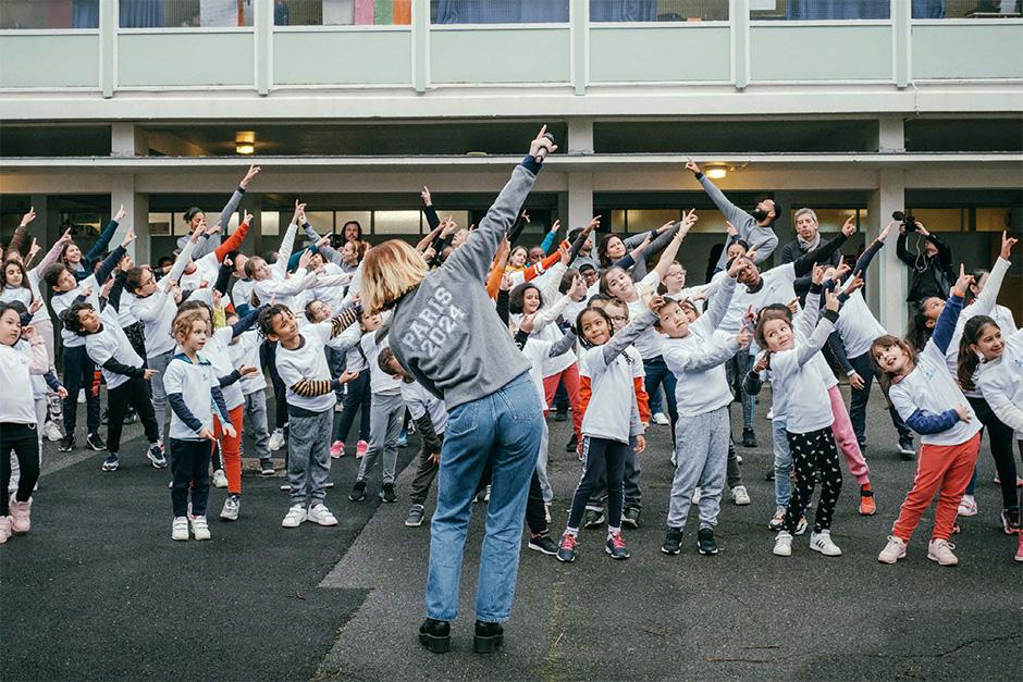 Groupe d'enfants faisant du sport dans une cour d'école