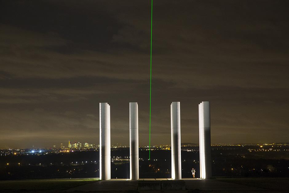 Les 12 colonnes de l'Axe majeur à Cergy et son rayon laser.