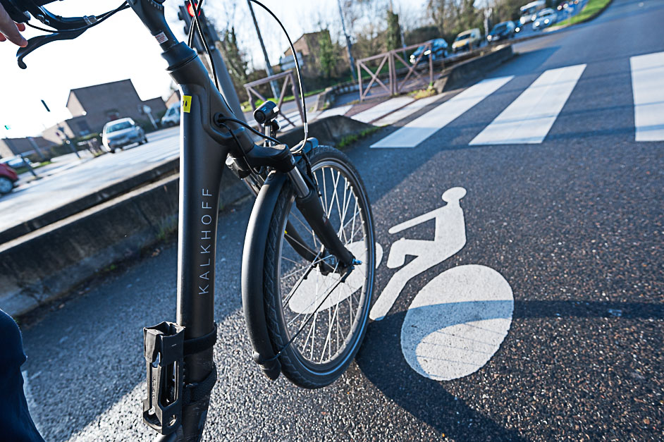 Plan serré sur roue de vélo sur une piste cyclable