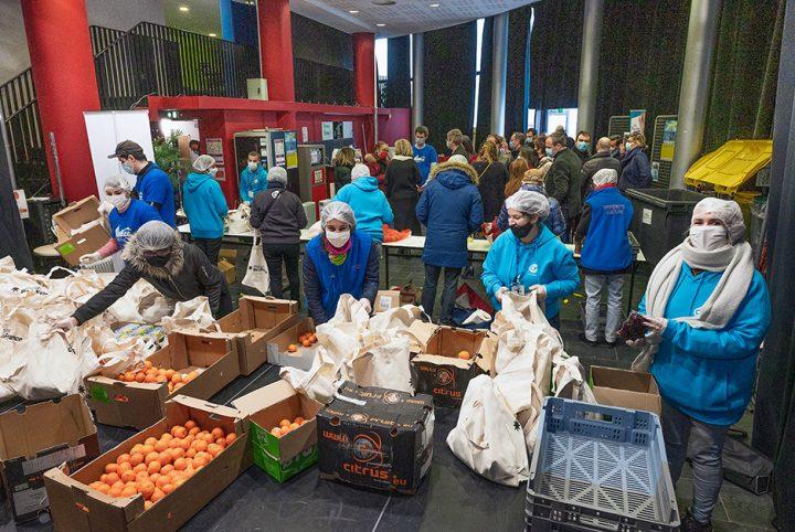 Distribution de colis alimentaires le 5 janvier dernier à la Maison des étudiants de Cergy-Pontoise par l'association Linkee