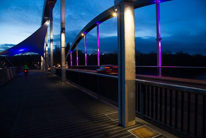 Pont sur l'Oise entre Neuville et Jouy-le-Moutier éclairé de nuit.