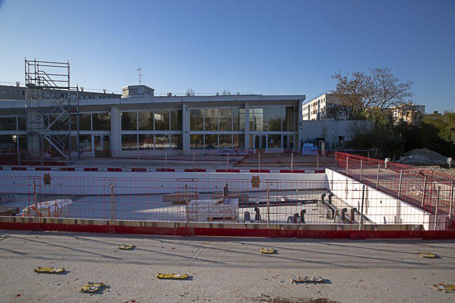 Travaux en cours sur bassin extérieur de la piscine des Louvrais : mars 2021