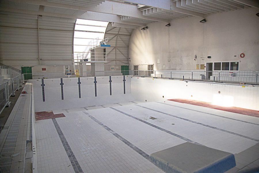 Le bassin sportif de la piscine des Louvrais en cours de travaux : mars 2021.