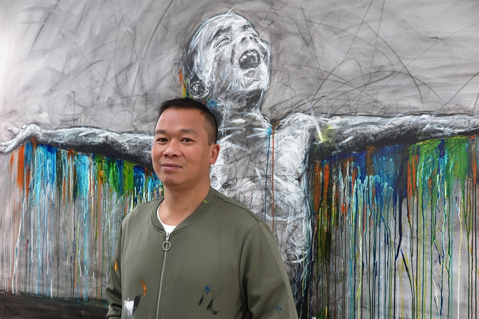 Hom Nguyen devant une de ses œuvres © Hom Nguyen