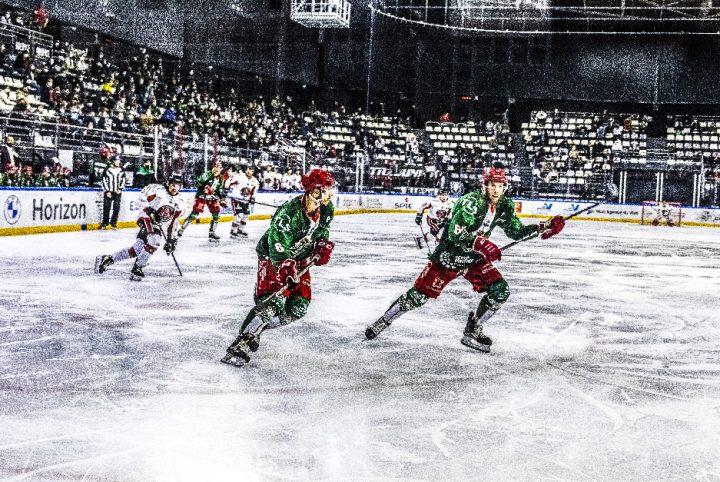 2 jokers en pleine action au cours d'un match sur la glace