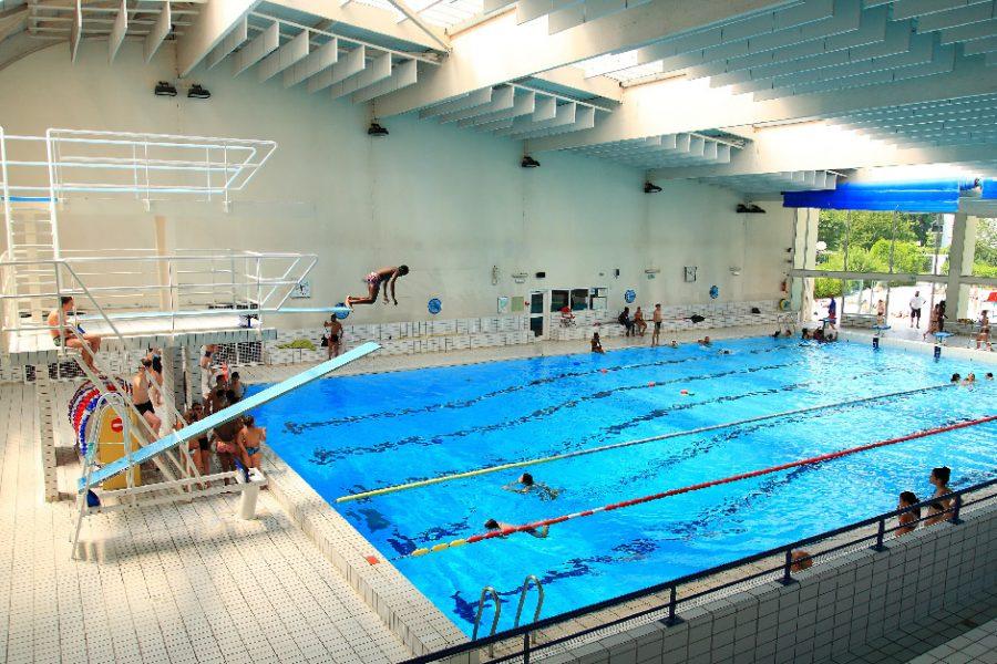 Bassin intérieur de la piscine des Louvrais avant travaux.