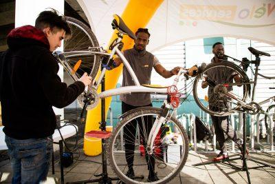 """Des jeunes de l'association """"La Sauvegarde 95"""" avec Véloservices"""